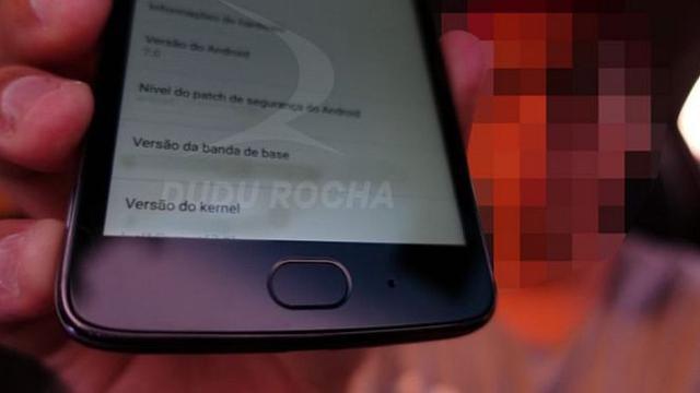 Berdasarkan foto yang beredar, tampak seseorang memegang smartphone yang diklaimnya sebagai Moto G5.