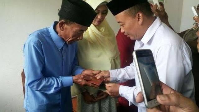Pernikahan kakek Badu dan Ika Nurjanah pada 2017 lalu.(Liputan6.com/Ahmad Akbar Fua)