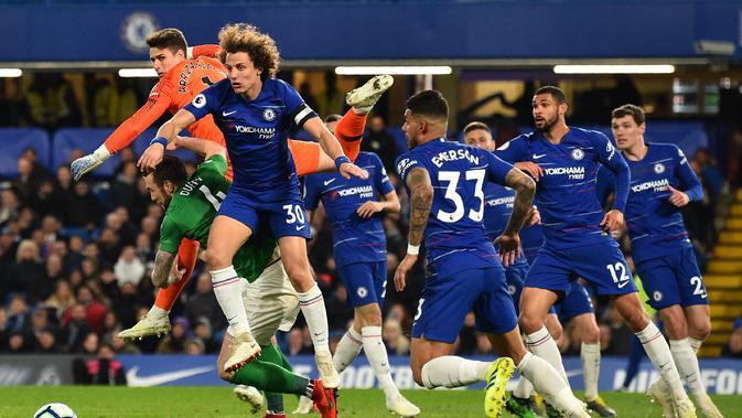 Pemain Chelsea, Kepa Arrizabalaga dan David Luiz berusaha menghalau bola pada laga lanjutan Premier League yang berlangsung di Stadion Stamford Bridge, London, Kamis (4/4). Chelsea menang 3-0 atas Brighton Albion. (AFP/Glyn Kirk)