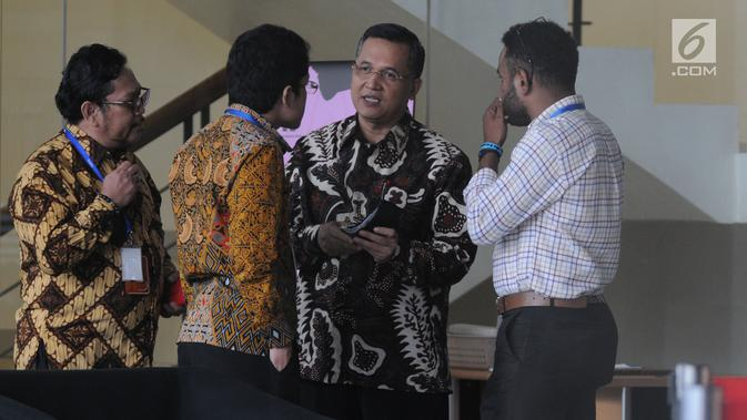 Senior Vice President Legal Corporate PT PLN Dedeng Hidayat (dua kanan) berbincang  usai menjalani pemeriksaan oleh penyidik di Gedung KPK, Jakarta, Rabu (15/5/2019). Dedeng diperiksa sebagai saksi untuk tersangka Dirut nonaktif PLN Sofyan Basir. (merdeka.com/Dwi Narwoko)