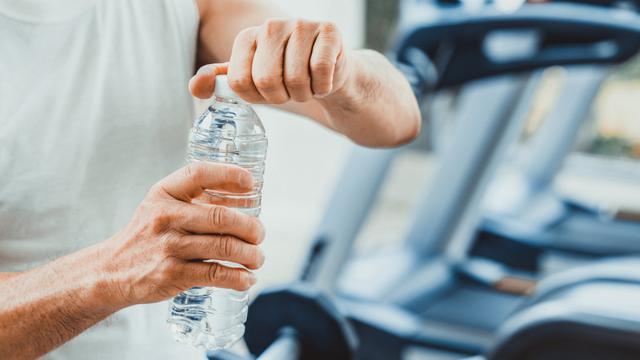 4 Alasan untuk Membawa Air Mineral Saat Berkendara - Otomotif Liputan6.com