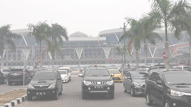 Suasana di parkiran Bandara SSK II Pekanbaru yang diselimuti kabut asap hasil kebakaran hutan dan lahan.