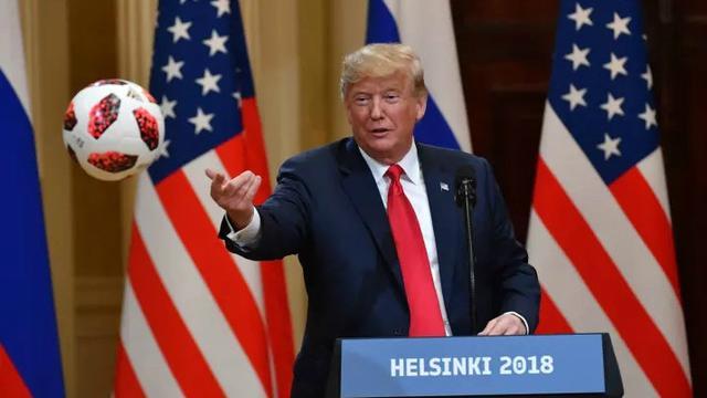 Presiden Amerika Serikat Donald Trump saat melempar bola Piala Dunia pemberian Presiden Rusia Vladimir Putin kepada Ibu Negara AS Melania Trump (AFP PHOTO)