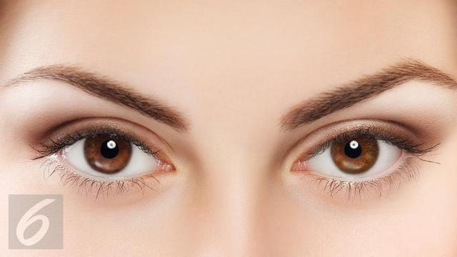 Menutupi lingkaran hitam di bawah mata dengan makeup