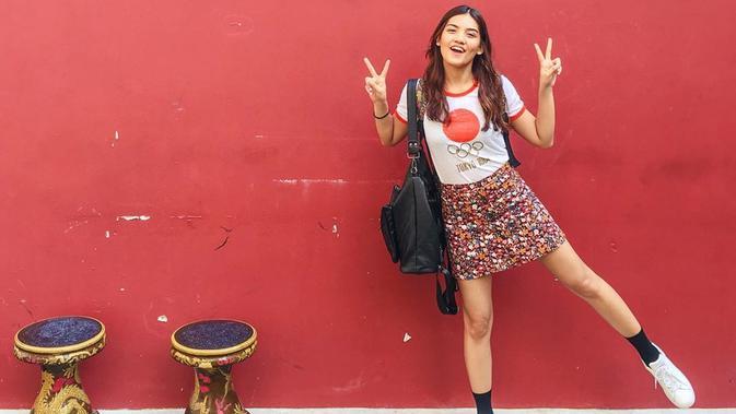 Monita memang kerap meggunakan pakaian yang sederhana. Seperti foto ini hanya pakai kaos, rok pendek dan juga sepatu putih. Penampilan Monita justru terlihat kece dan modis. (Liputan6.com/Instagram/@monitatahalea)