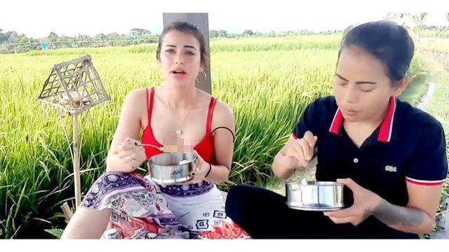 6 Gaya Sederhana Nora Alexandra saat di Pinggir Sawah, Lepas Penat