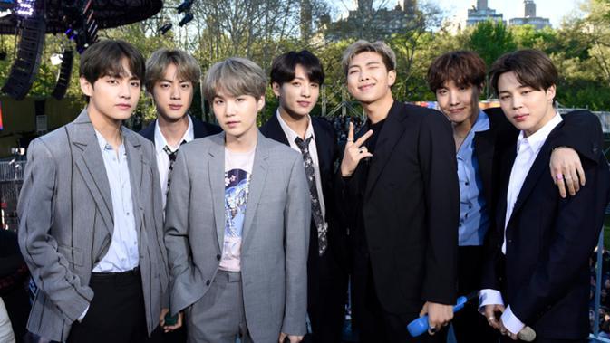 BTS kembali menjadi perbincangan hangat berkat penampilan mereka di Good Morning America untuk pertama kalinya di Central Park, NYC  pada Rabu (15/05/2019) (News/twitter/GMA)