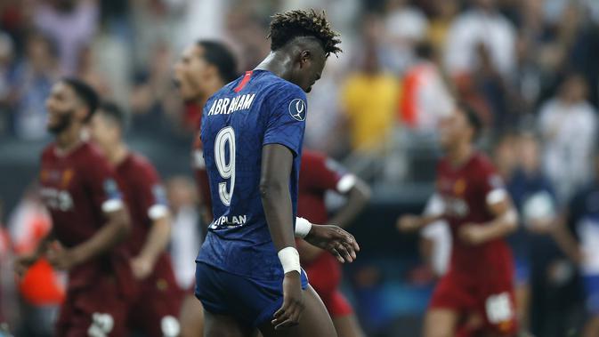 Penyerang Chelsea, Tammy Abraham tertenduk lesu usai gagal mengeksekusi tendangan penalti saat melawan Liverpool pada pertandingan Piala Super Eropa 2019 di Besiktas Park, di Istanbul (15/8/2019) (AP Photo/Emrah Gurel)