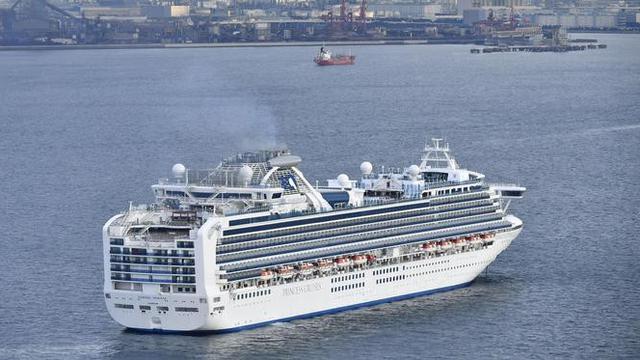 Sebuah kapal pesiar Diamond Princess berlabuh di Pelabuhan Yokohama pada saat kedatangan di Yokohama, dekat Tokyo, Selasa, (4/2/2020).