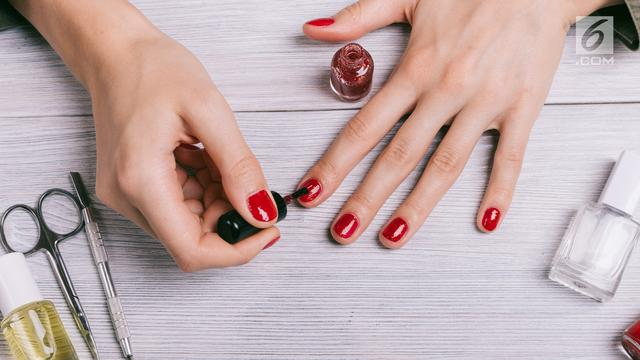 Kuteks atau cat kuku merah