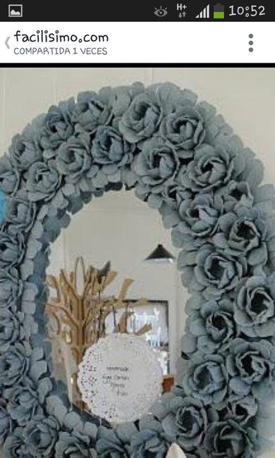 Decorar un marco de espejo rosas hechas con cartones de