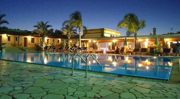 Vista notturna piscina di Hotel Masseria Le Pajare  Foto 1