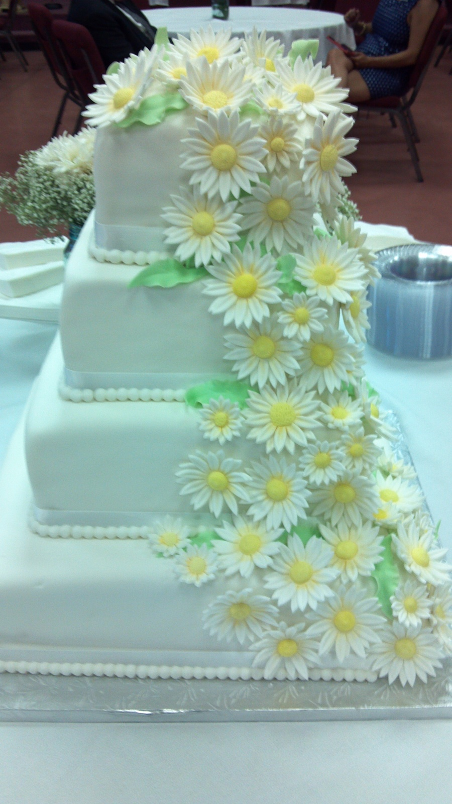 Square Cake White And Daisies Cakecentral Com