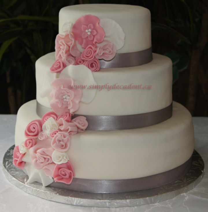 how to decorate tiered wedding cakes how to decorate a wedding cake with fondant flowers 15682