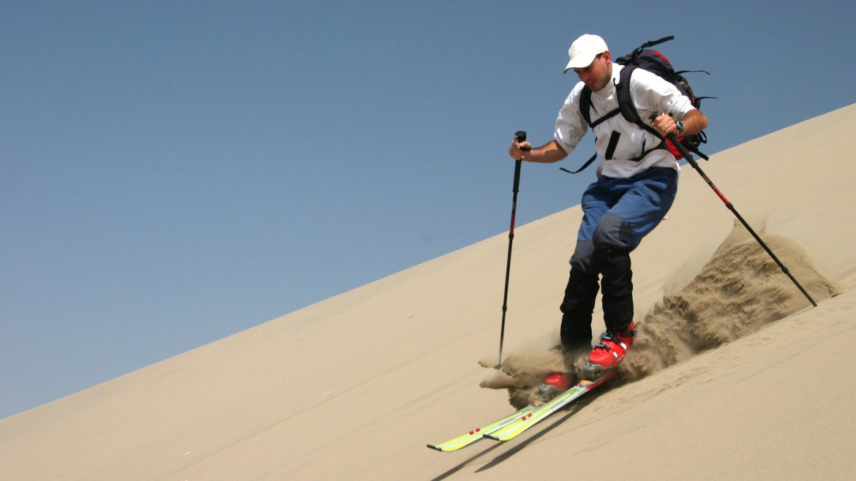 El sandski es uno de los deportes más practicados en Huacachina