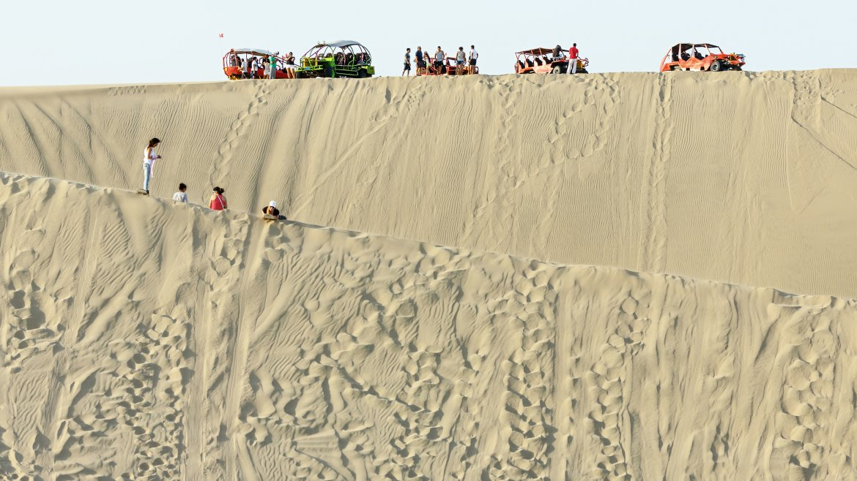Si bien para acceder a Huacachina hay un camino, muchos turistas optan por sus areneros para poder recorrer las impactantes dunas