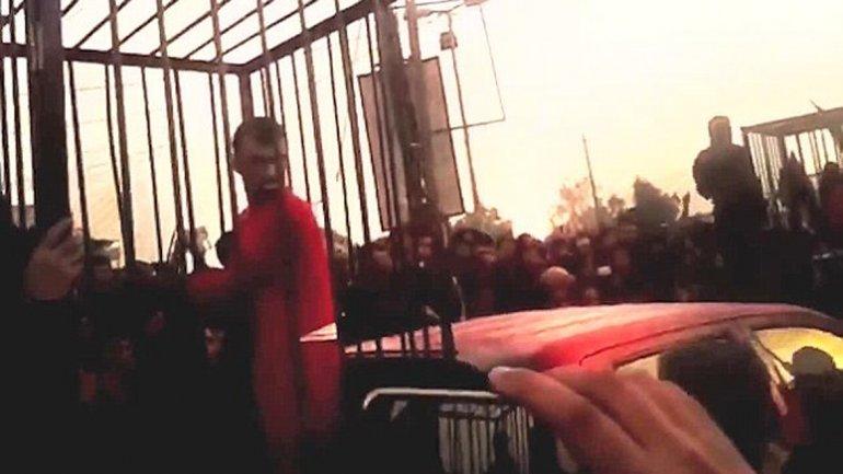 Foto de archivo.Un combatiente kurdo es enjaulado