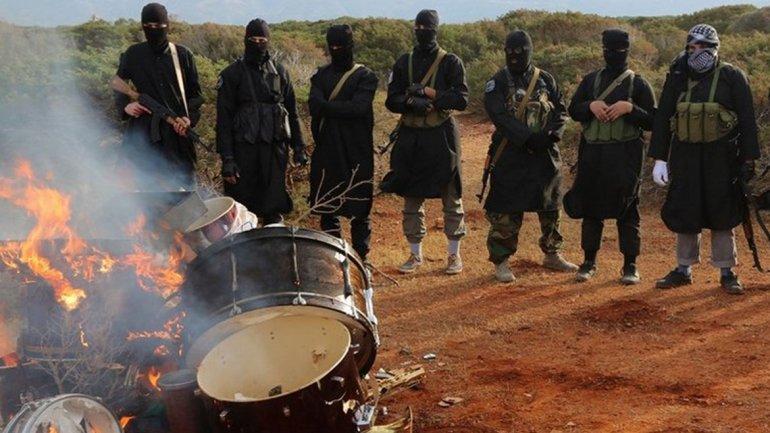 Terroristas del Estado Islámico en Libia queman instrumentos musicales, considerados inmorales por los musulmanes más radicalizados