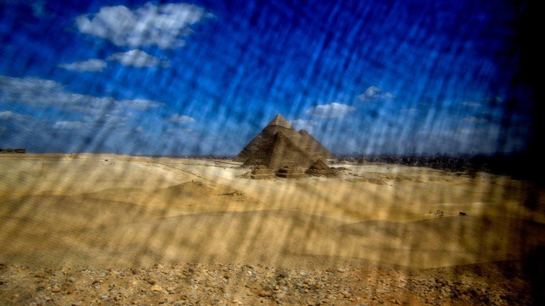 Una de las pirámides de Egipto, vista a través de la lente con velo de Hassan Ammar.