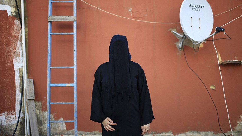 Una mujer con padre chiíta y madre sunita posa para el fotógrafo de AP vistiendo su burka, en su casa de Beirut