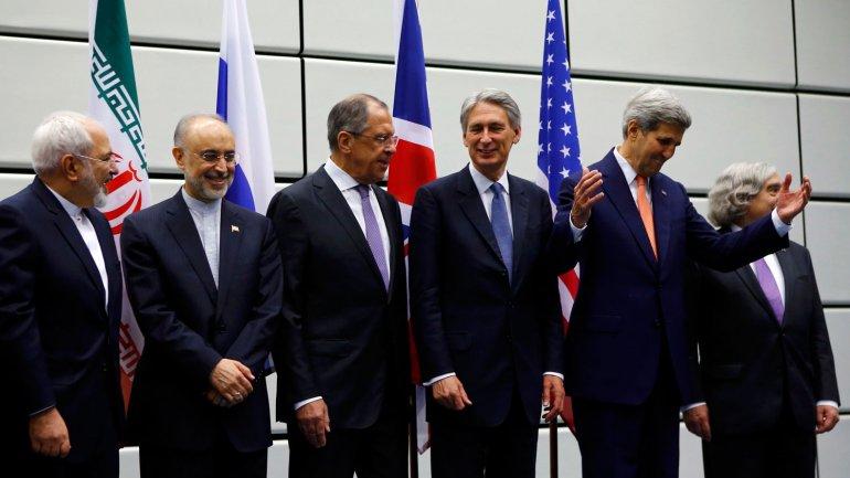 De izquierda a derecha: el ministro de Exteriores de Irán, Mohammad Javad Zarif; el jefe de la Organización de Energía Atómica de Irán, Ali Akbar Salehi; el de Relaciones Exteriores de Rusia, Sergei Lavrov; el secretario de Asuntos Exteriores de Reino Unido, Philip Hammon; el secretario de Estado norteamericano John Kerry; y el secretario de Energía de los EEUU, Ernest Moniz