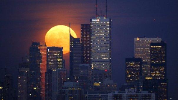 La impresionante luna de luto sobre el cielo de Toronto, Canadá