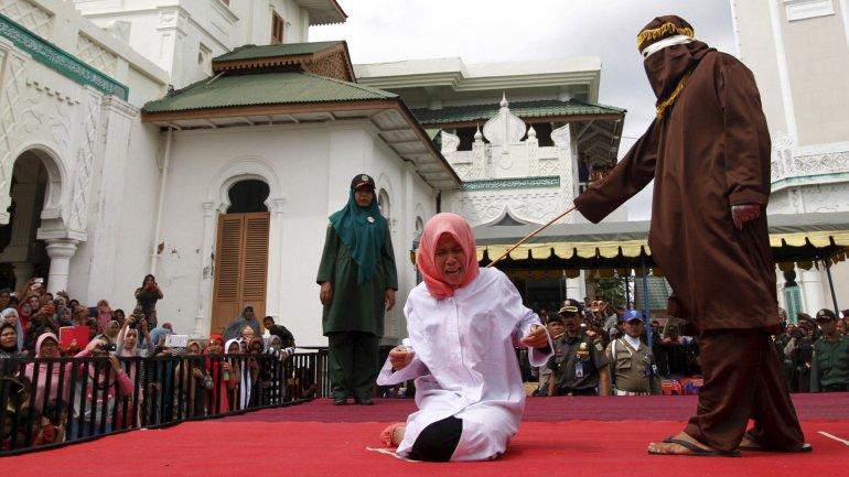 Nur Elita fue llevada al lugar donde fue azotada con una caña por un miembro de la Policía de la Sharia de la provincia de Nangroe Aceh ante una multitud.