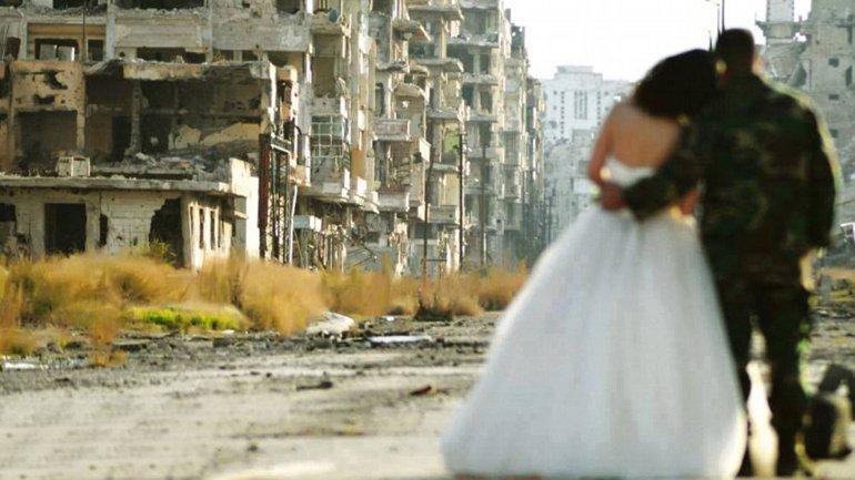Rodeado de devastación: este novios posaron para una sesión de fotos después de su boda en la ciudad siria de Homs