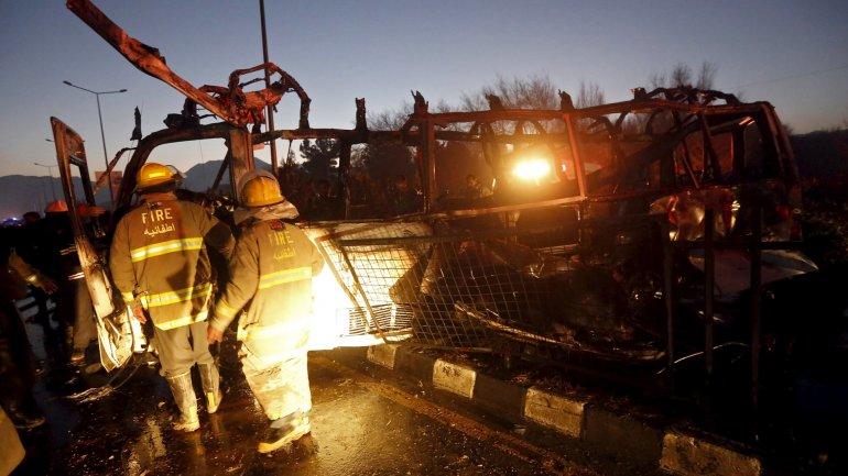 Bomberos rodean el ómnibus que atacaron los terroristas