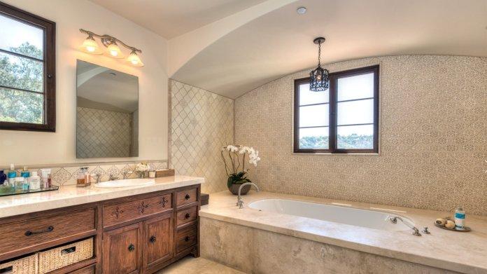 El baño tiene doble ducha de vapor y una bañera con hidromasaje