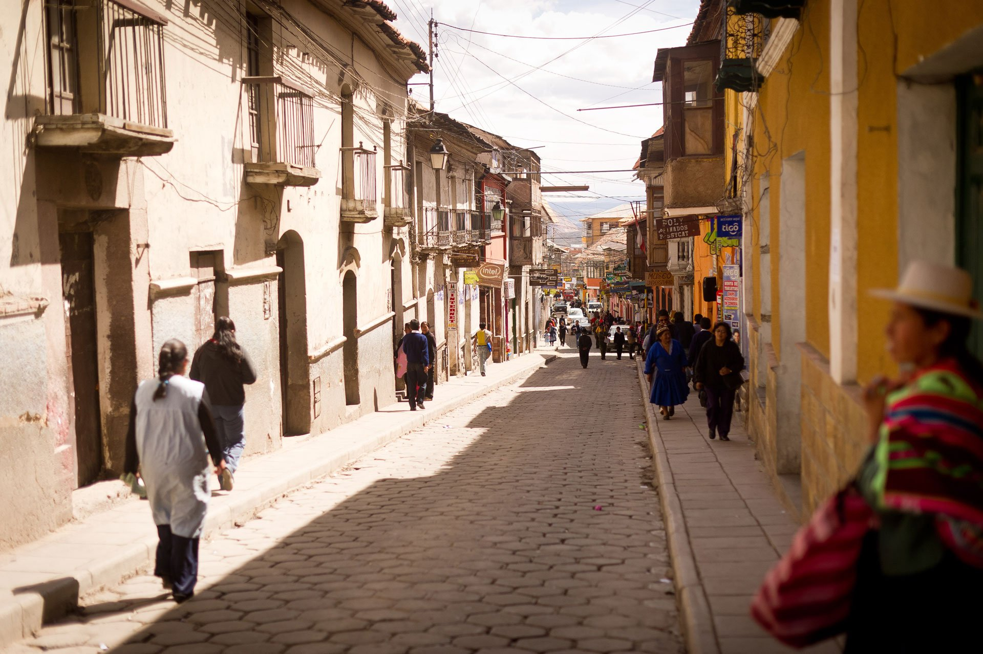 Potosí (Bolivia)Vivió un pasado esplendoroso durante la época colonial. La huella de este período puede verse en la Casa de la Moneda, que muestra la historia de una tierra de la que se extrajeron toneladas de plata para financiar al imperio español. Se considera la ciudad más alta del mundo (3.900 metros), de más de 100.000 habitantes, y está en las faldas del Cerro Rico, donde durante un siglo y medio se situó la mina de plata más grande del mundo (hasta mediados del XVII)