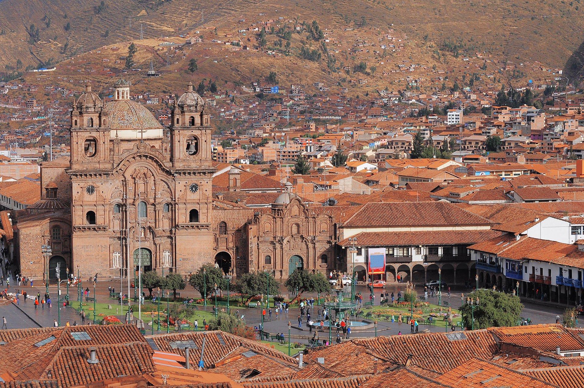 Cuzco (Perú)Fue la capital del Imperio inca y una de las ciudades más importantes del Virreinato del Perú. De ambos hechos enfrentados bebe su historia, que mezcla preciosos edificios de la época de dominio español con impresionantes restos de la civilización precolombina, como los sillares de Sacsayhuaman. Es, además, la puerta de entrada al imponente Machu Picchu, la joya inca. La altitud de Cuzco –3.300 metros– produce una sensación extraña en el visitante que acrecienta el hechizo de sus calles