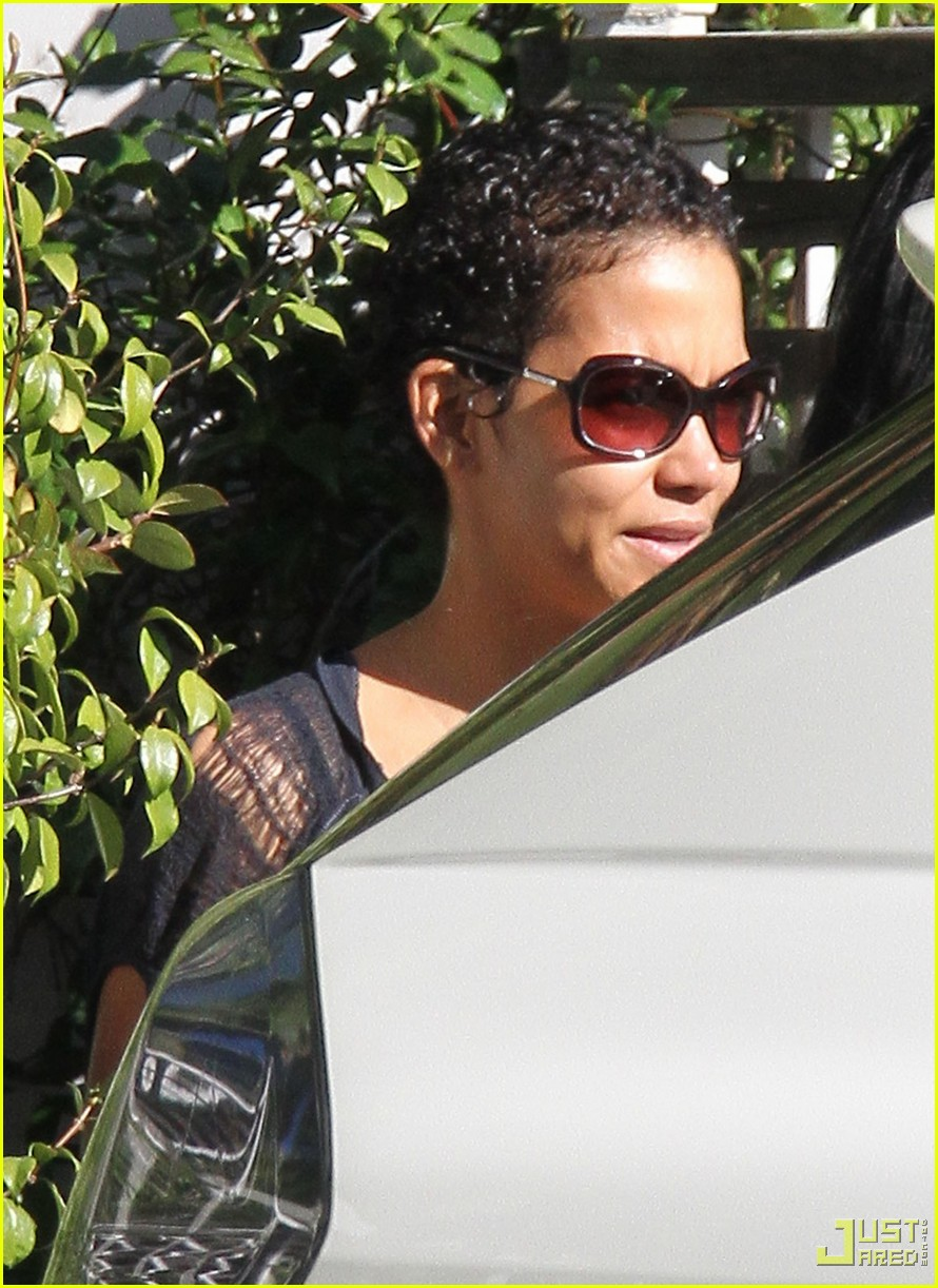 Halle Berry Short Curly Hair : halle, berry, short, curly, Halle, Berry, Sports, Hairstyle:, Photo, 2406306, Pictures, Jared