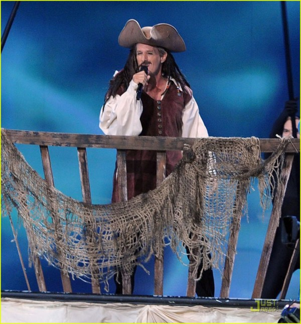 Michael Bolton Jack Sparrow In Emmys Performance 2581713 2011 Emmy Awards Akon Andy