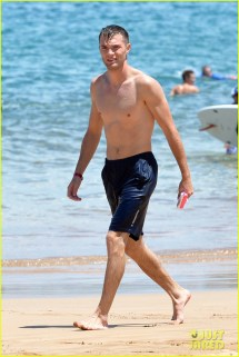 'tinder Couple' Josh & Michelle Hit Beach In Hawaii