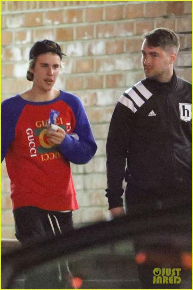 justin-bieber-plays-ping-pong-with-a-friend-03 Justin Bieber kalon pak kohë me miqtë (FOTO)