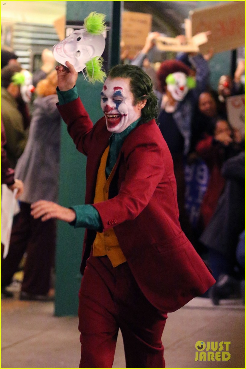 King Falls Am Wallpaper Joaquin Phoenix Transforms Into The Joker While Filming