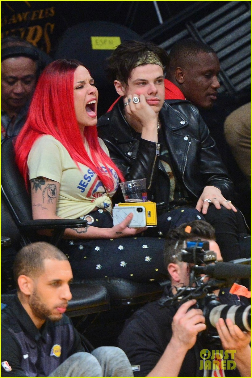 Halsey  Yungblud Couple Up at the Lakers Game Photo