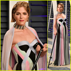 Selma Blair Poses With a Cane at Vanity Fair's Oscars Party After Revealing MS Diagnosis