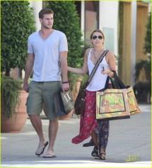 Miley Cryus & Liam Hemsworth Cheesecake Kisses