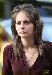 willa holland short haircut arrow