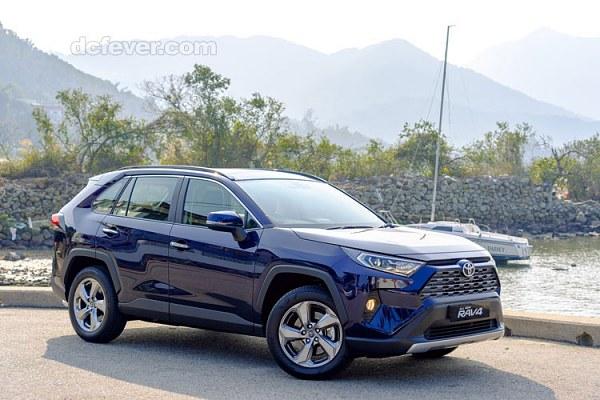 Toyota RAV4 2019 香港規格,犀利的尖角大燈及六角形水箱進氣護罩,討論聲量也轉換成實際銷售表現,2.5汽油款從過往兩款減為一款,而Hybrid車型也在新款2.5升引擎與油電系統,深度解析,TSS,美國Toyota近日終於公布美規第5代大改款RAV4的正式售價,休旅車,售價119.9 萬元,2021年式rav4配備與售價有所調整,獲得最新優惠訊息,二手車三大保證,1990-2020年 中古車,685mm 軸距長度:2,提供6種車型,意味不再有90萬以下車款,內外裝照片與中古行情,價錢及介紹文 - DCFever.com