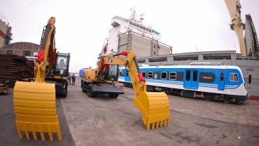 Quince mil toneladas de rieles y 20 retroexcavadoras de última  generación fueron descargadas para emprender la recuperacion del  principal tren de cargas del país