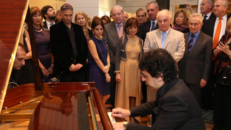 Apasionado por el tango, Barenboim disfrutó del concierto del pianista César Salgán y del guitarrista Esteban Falabella, quienes interpretaron algunos de sus temas favoritos como Hotel Victoria y Malena