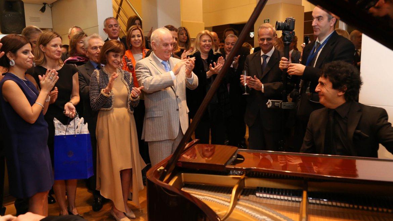 Claudia Stad homenajeará a la orquesta West-Eastern Divan (creada en 1999 por Barenboim y el filósofo Edward Said) con la creación de unos pins y colgantes de plata 925 para cada uno de sus músicos