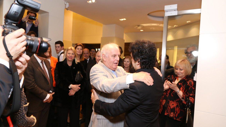 El abrazo entre Daniel Barenboim y César Salgán