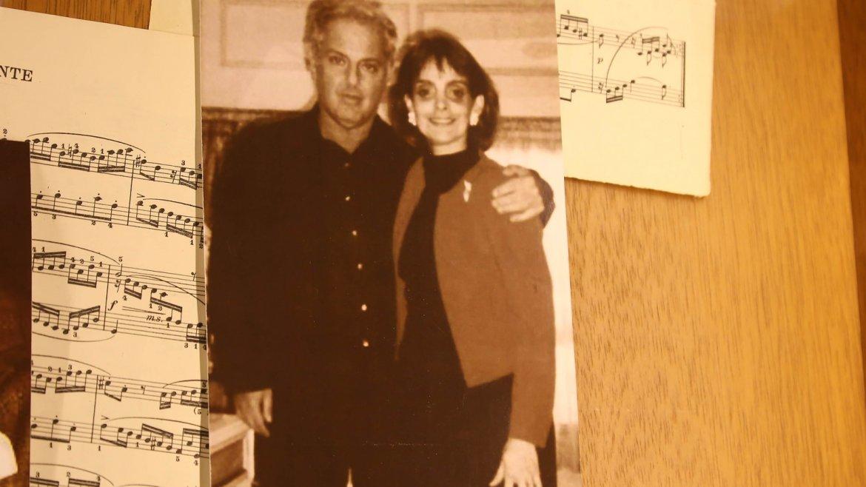 Una foto de Claudia Stad y Daniel Bareinbom en la decoración especial de la joyería Jean-Pierre