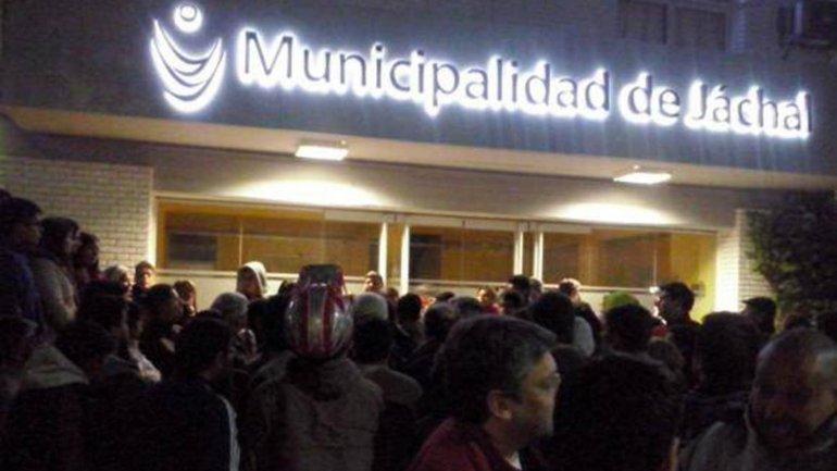 Vecinos de Jáchal protestan frente a la municipalidad
