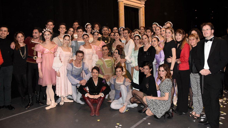 Después del show, Paloma Herrera posó junto a sus compañeros, el ballet estable del Teatro Colón