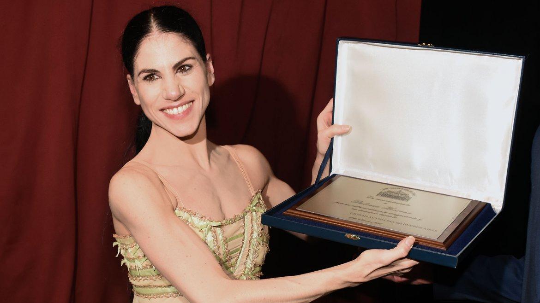 La bailarina enseña la placa conmemorativa que le obsequió el Teatro Colón